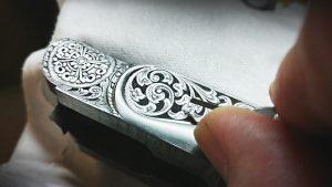 travail de gravure sur une crosse d'arme