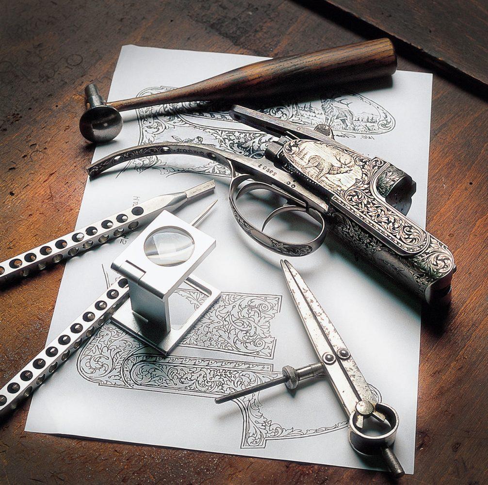 outils de gravure sur armes dans un atelier